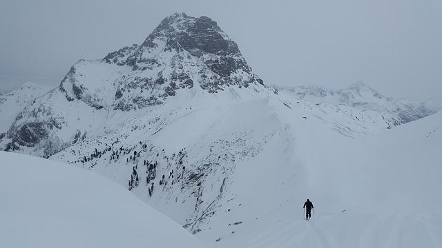 ski-tour-1199928_640