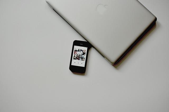 Стильный спойлер ноутбук смартфон телефон зарядка