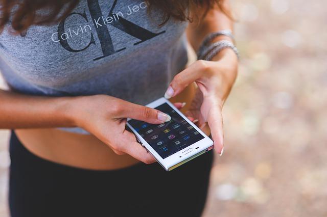 девушка с мобильным