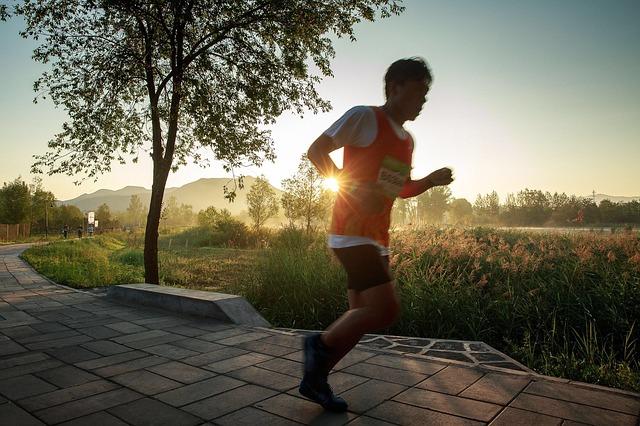 мужчина бежит фото