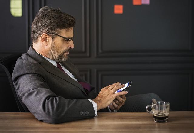 телефон смартфон мужчина костюм работа бизнес онлайн