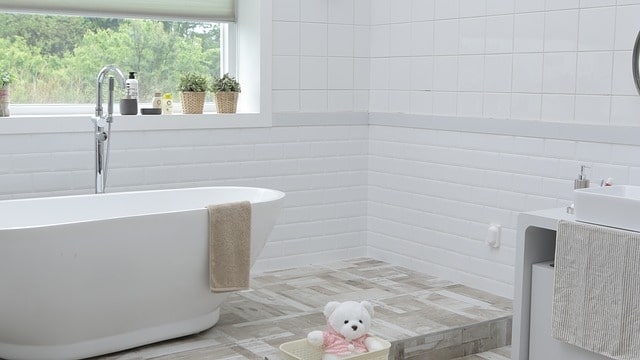 белая плитка ванна