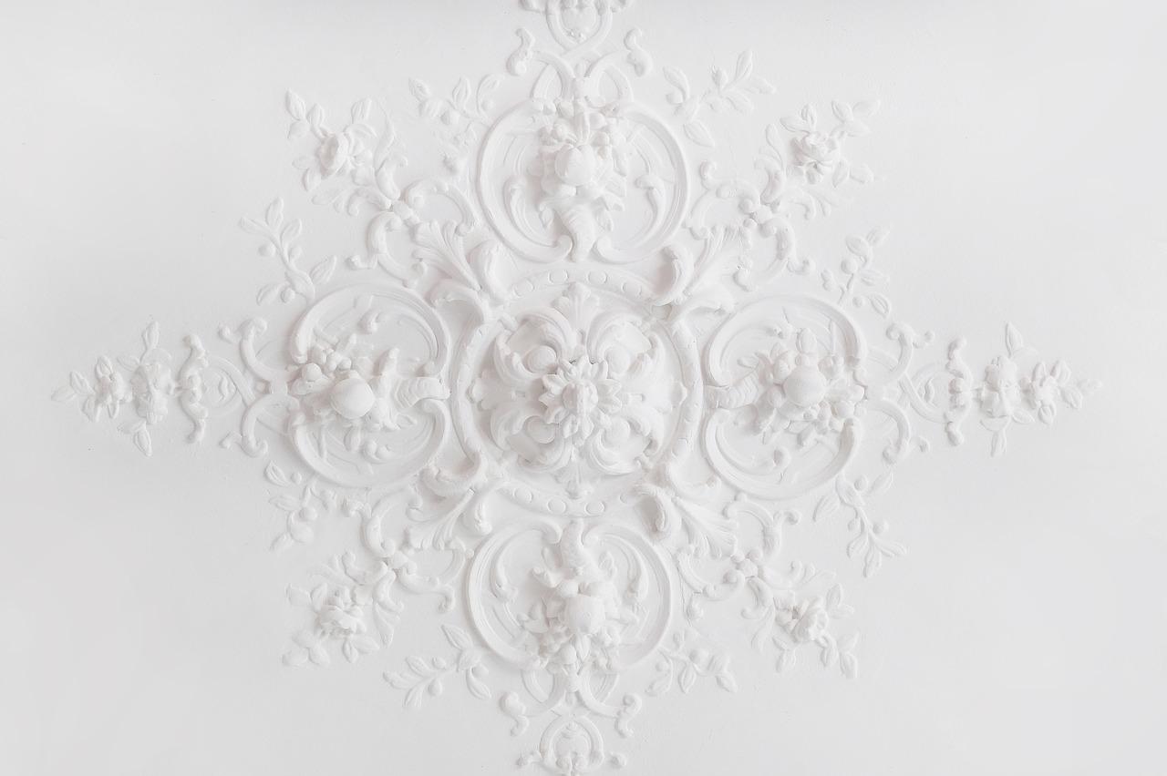 белый узор на стене