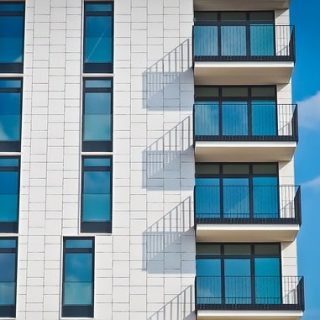 дом балкон окно