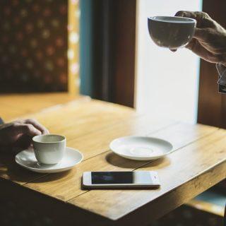 смартфон бизнес кофе деловые люди