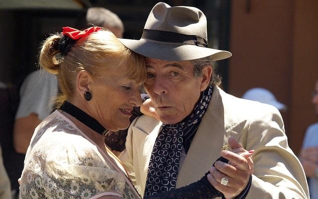 пенсионеры старики пара