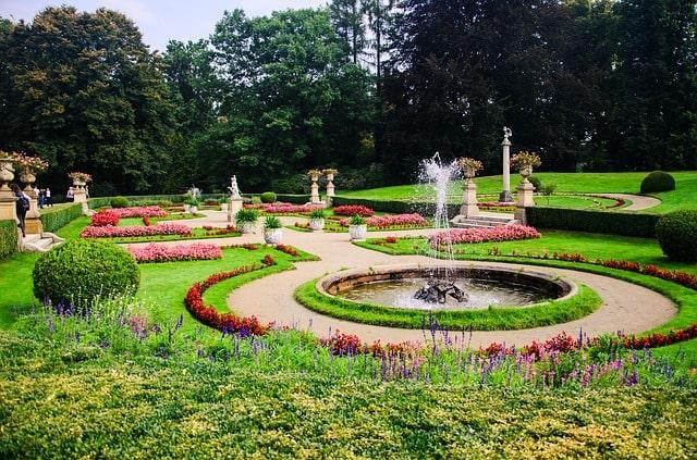 сад клумба цветы фонтан