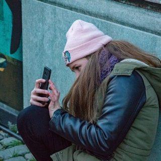 девочка смартфон