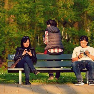 люди парк скамейка смартфон общение чат