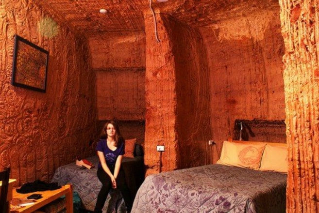 кровать девушка отель