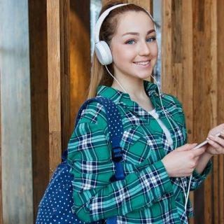 девушка наушники музыка смартфон