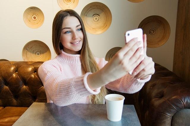 смартфон селфи девушка